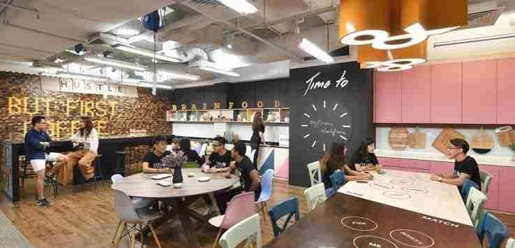 Esempio di Coliving. Spazio condiviso in cui le persone possono mangiare, lavorare e fare rete.